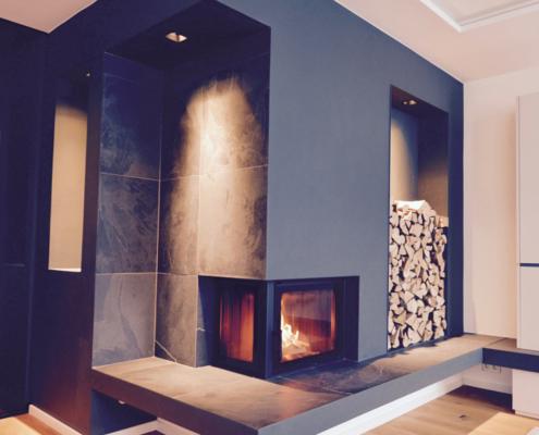 Moderner Ofen mit Kaminfeuer, Sitzbank und Holzvorrat